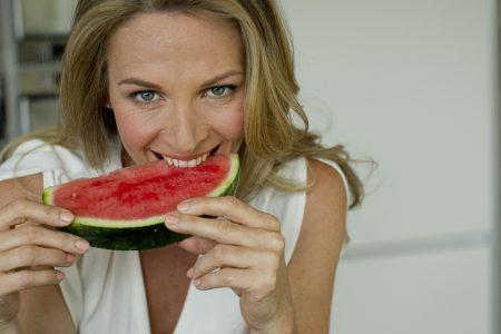 photo femme mangeant pastèque