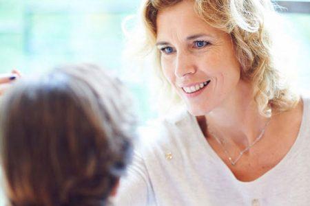 Anouchka de Bellefroid, comment maquiller ses sourcils après 50 ans, tuto maquillage
