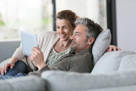 photo couple devant tablette