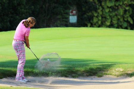 photo femme jouant au golf