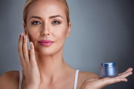 photo femme appliquant creme sur visage