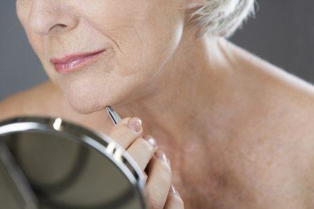 photo femme enlevant poil au menton