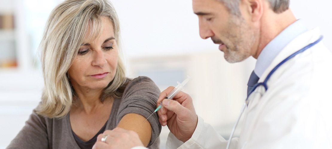 photo femme 50 ans qui se fait vacciner