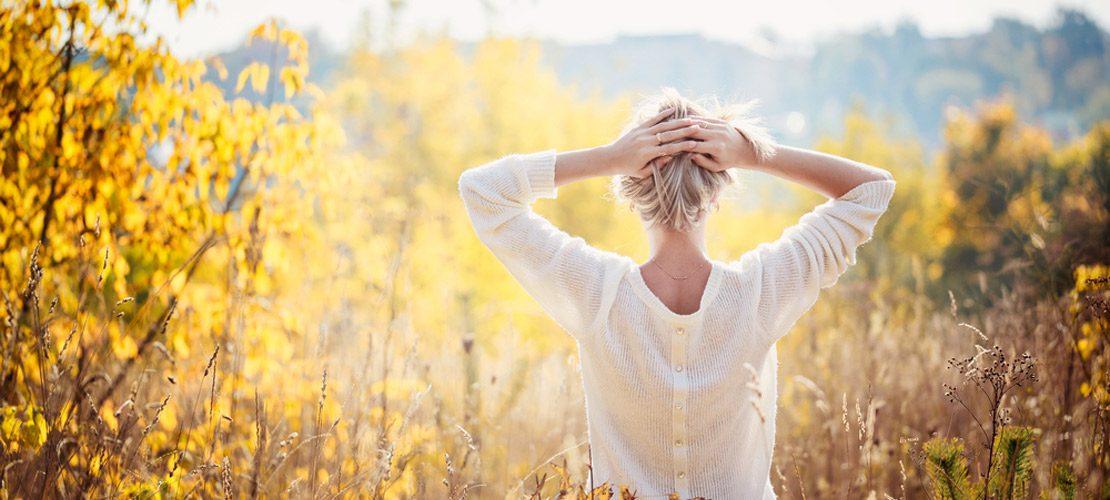 photo femme qui prend le soleil en hiver