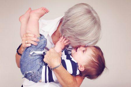 photo grand mère complice avec son petit fils
