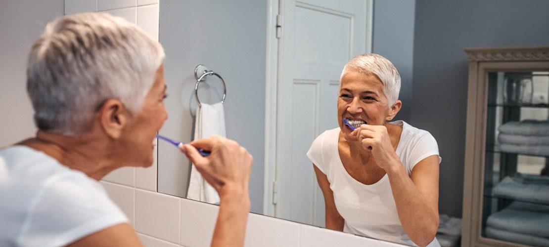 photo femme se brossant les dents