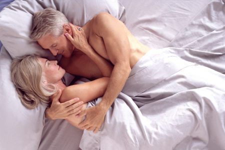 photo couple intime dans le lit