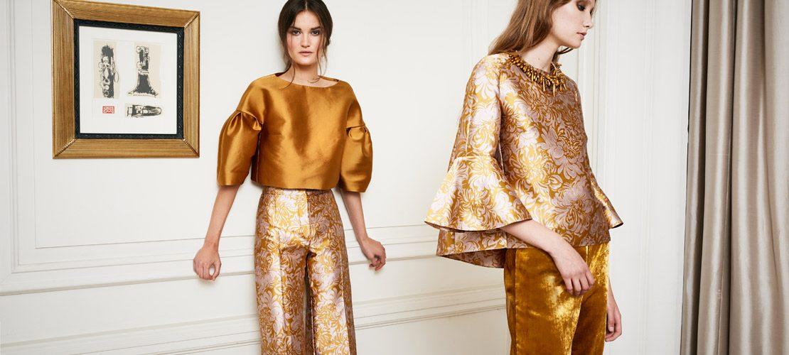 photo femmes habillées en doré