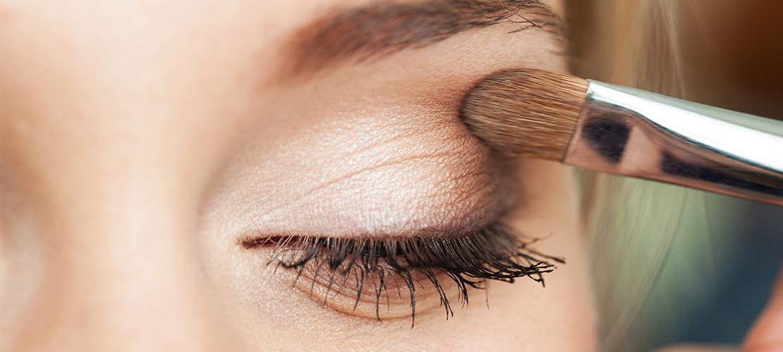 De (simpele) 'foxy eyes' make-uptechniek heeft een optisch liftend effect voor je gezicht
