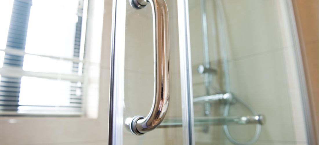 Glazen douchewand schoonmaken? Zo simpel kan dat zijn